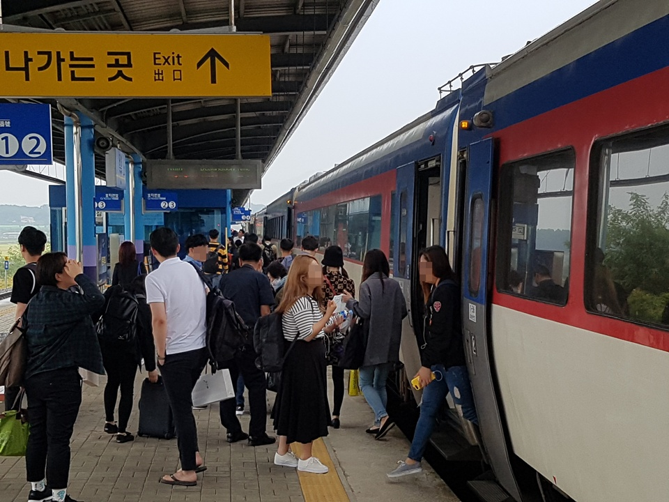2일 추석을 맞아 홍성을 찾은 귀성객들이 홍성역에 도착한 열차에서 내리고 있다.