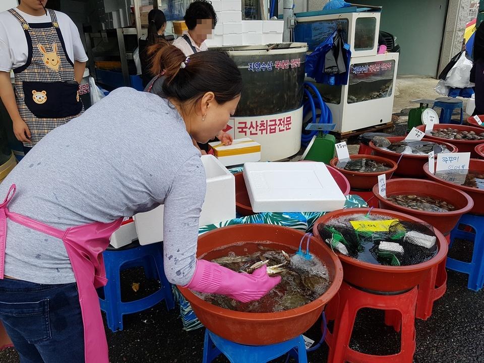 2일 오후 홍성 전통시장 수산물 판매장에서는 해산물을 사기 위해 길게 줄이 늘어서 있었고 주인아주머니는 싱싱한 게를 포장 상자에 연신 담기에 바빴다. 이처럼 추석은 민족의 최대 명절 인만큼 훈훈한 인심과 정이 넘치며, 모처럼 시장이 활기를 되찾고 있었다.