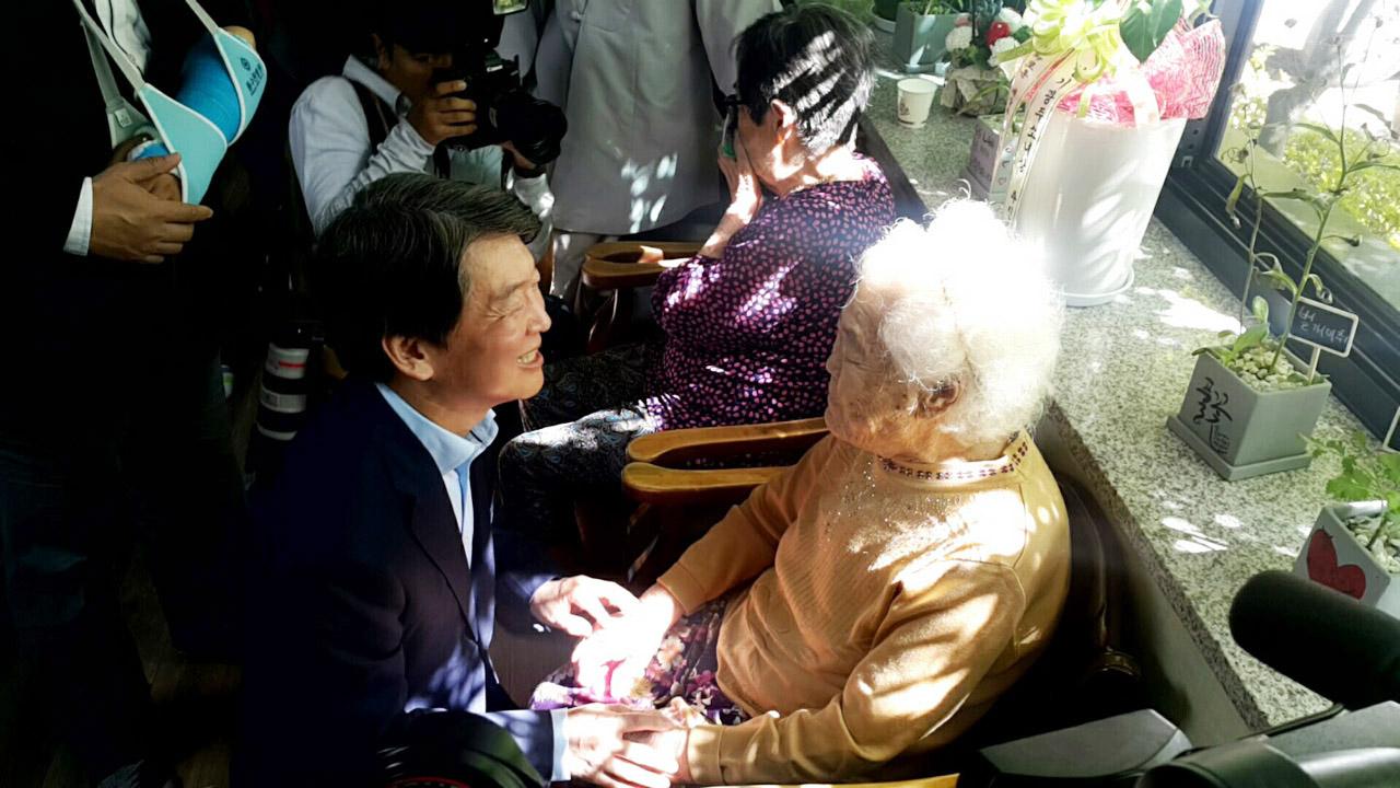 할머니들과 작별인사를 나누고 있는 안철수 국민의당 대표