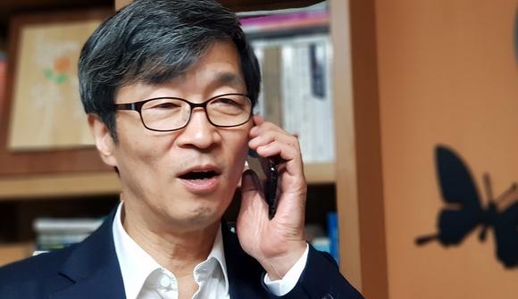 지난 9월 28일 전화통화를 하는 곽노현 전 서울시교육감