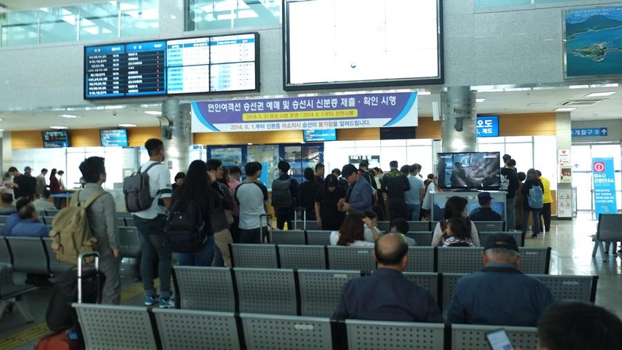 2일 여수연안여객선 터미널 2일 오후 2시 출발하는 금오도-연도 방면 귀성객들이 출발수속과 매표를 하고 있다.