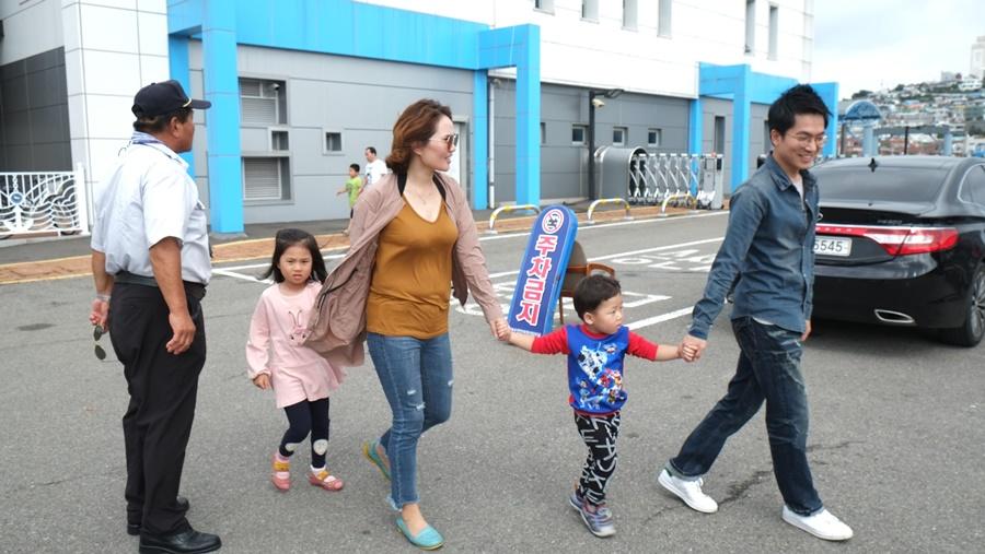 2일 서울서 아침일찍 출발해 제 시간에 여수항에 도착했지만 연도를 들어가려는 금오페리는 차량승선이 만선이어서  서승현씨 가족은 케이블카를 타면서  여수서 하루를 더 보내고 귀향길을 내일로 미뤄야 했다.