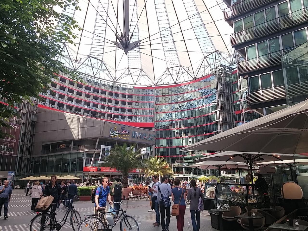 쇼핑몰과 극장, 국제 회의장 등이 모여 있는 소니 센터(Sony Center)의 현 소유주는 한국의 국민연금공단이라 한다.