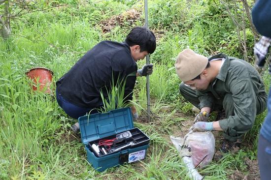 부산대 지질환경과학과 최동형(왼쪽) 씨와 이찬서 씨가 땅에 묻혀있던 지진계측기를 꺼내 방수비닐을 풀고, 해당 지점에 위성항법시스템(GPS) 신호수신용 안테나를 꽂고 있다.