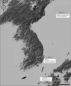 지난 해 9월 12일 경주 내남면 부지리에서 규모 5.8 지진이 발생한지 열 달 후인 지난 7월 13일 함경북도 나진 남동쪽 해역에서 규모 6.3 지진이 발생했음을 보여주는 지도.