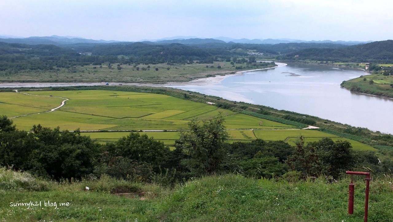 장산 고갯마루에서 보이는 임진강, 초평도와 북한.