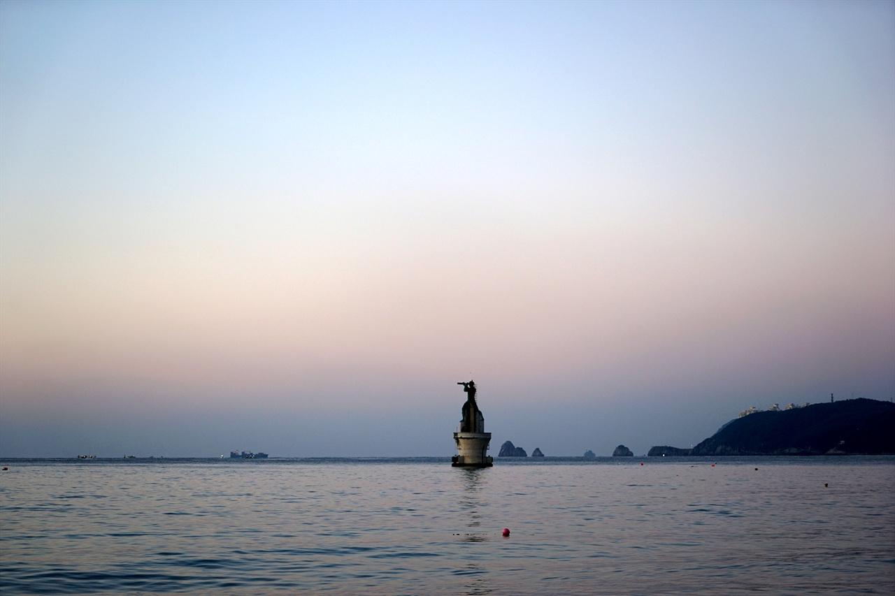 해운대해수욕장의 아침 풍경, 멀리 오륙도가 보인다.