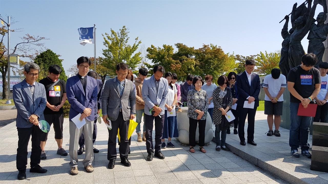 평화의소녀상 앞에서 일본군 '위안부' 피해자분들과 정의, 진실을 위해 싸우다가신 분들을 위한 묵념을 하고 있다