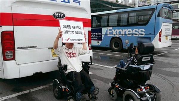 지난2일충북도내장애인단체및시민단체는청주시외터미널에서'장애인도시외버스타고고향가고싶다'는행사를진행했다.