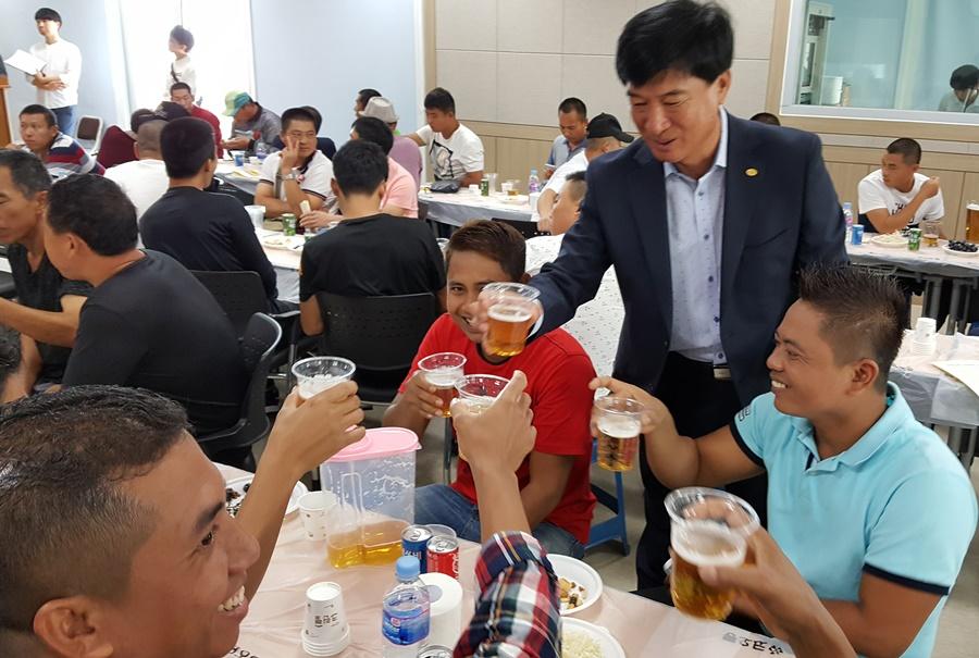 여수권현망수협 추승호 회장이 중국인 노동자들과 건배를 하고 있다. 권현망수협 소속의 멸치배는 중국인 선원들이 많다.