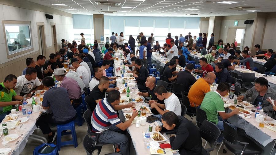 3일 여수수협 대회의실에서 제 14회 외국인노동자 추석한마당이 열렸다. 참가자들이 점심 식사중이다.