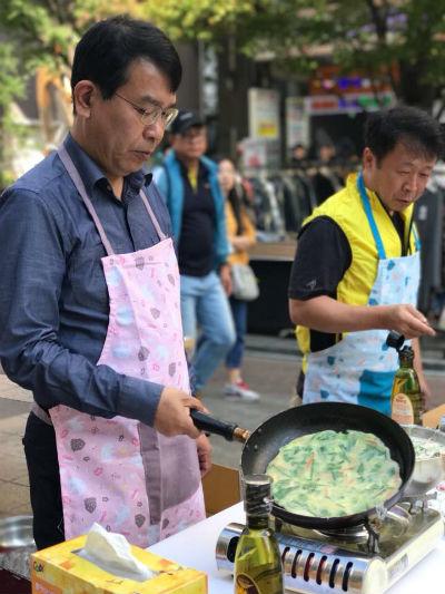 지난30일정의당김종대국회의원은남성당직자들과함게성안길에서전을부치며평등명절캠페인을진행했다.(사진김종대의원페이스북)