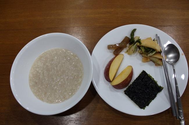 새벽예불 후 김천 직지사에서 먹었던 아침 공양입니다. 먹었다는 자체로 감격이었지요.