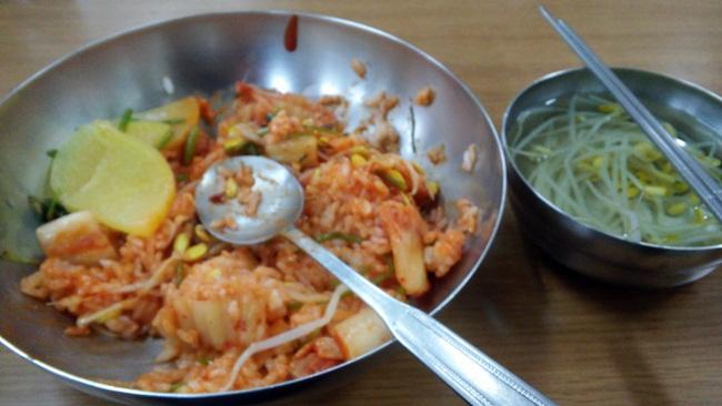 부산 범어사 점심 공양입니다. 비빔밥과 콩나물 국 속에는 부처님 정신인 자비심. 즉, 나눔의 미학이 들어 있었습니다.