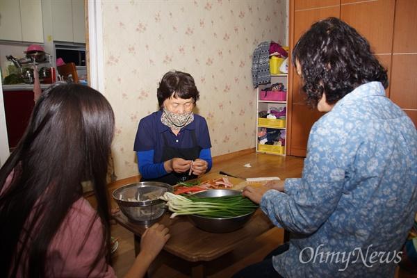 사드가 배치된 경북 성주군 초전면 소성리 마을에도 추석이 찾아왔다. 임분순 부녀회장이 며느리, 손녀와 함께 추석음식을 준비하고 있다.