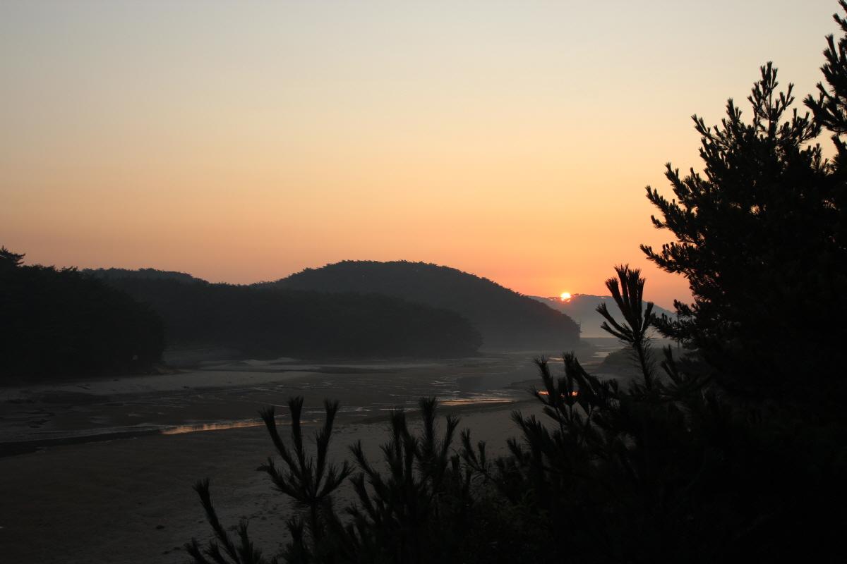 안면해변, 창정교에서 내륙 쪽으로 한 컷 잡았습니다. 아침 해돋이의 모습입니다.