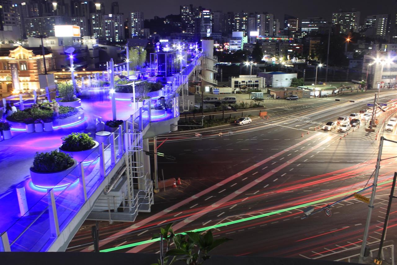 시내도로에서도 속속 행선지를 표시해주는 색선이 생겨나고 있다. 사진은 서울역 교차로.