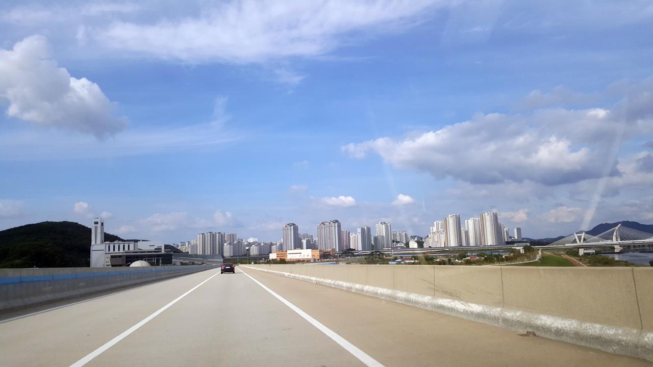 당진-대전 고속도로에서 본 세종시 정부부처가 이전한 세종시 전경. 행안부 이전도 국회를 통과했다.