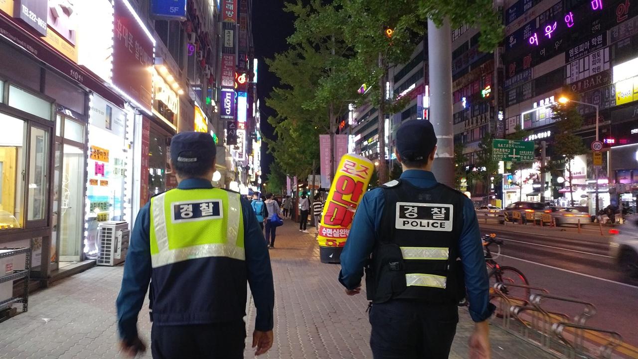 김병욱 경위와 원현우 순경이 순찰근무를 돌고 있다.