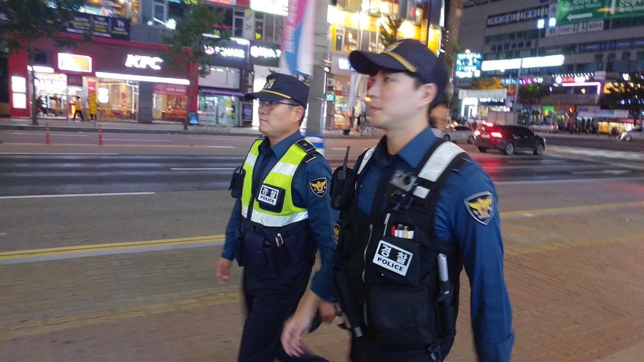 김병욱 경위와 원현우 순경이 순찰근무를 하고 있다.