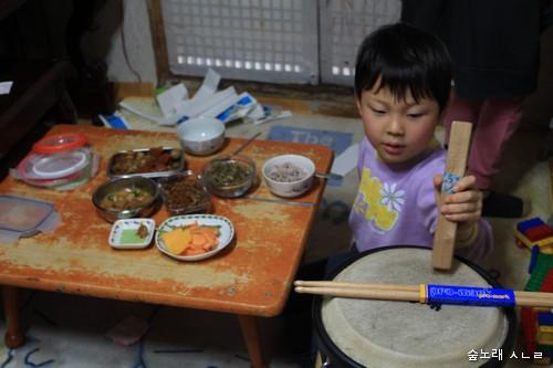 먹다가 놀고, 놀다가 먹고, 어느 모로 보면 아이들은 이런 삶을 누리면서 자라는구나 싶어요.