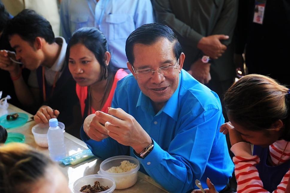 섬유봉제회사 근로자들과 점심식사를 하며 대화에 나선 훈센총리의 모습