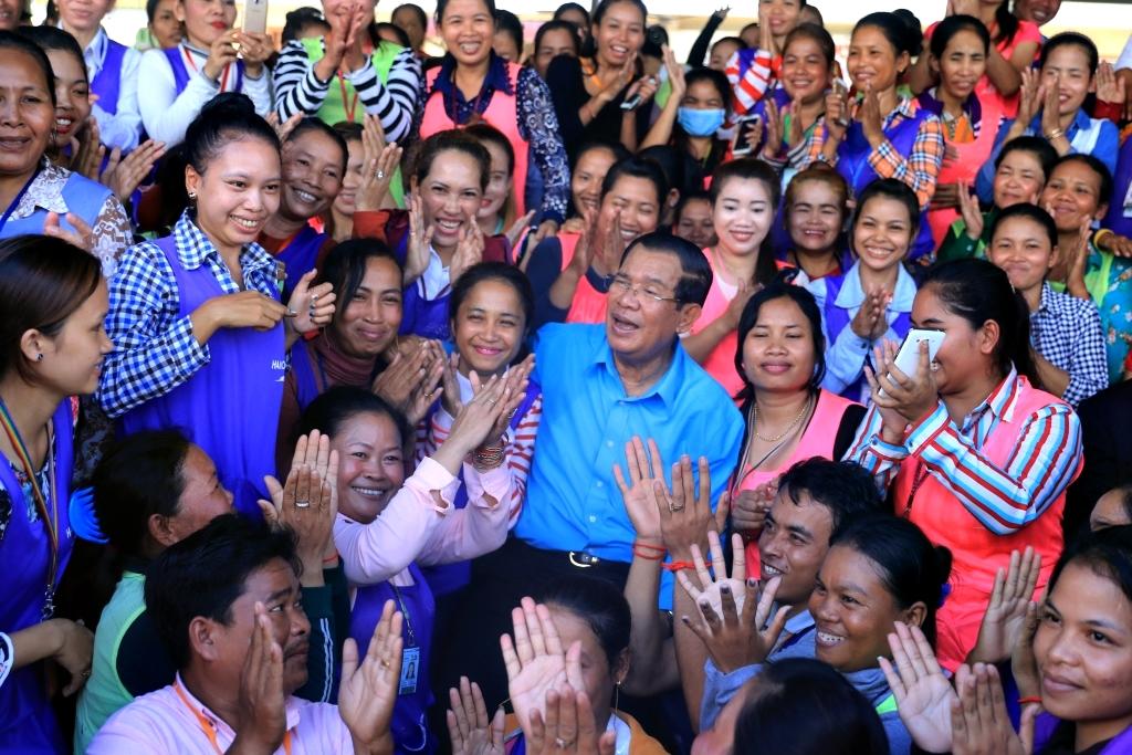 섬유봉제회사 근로자들과 함께 한 훈센총리 야당이 해산위기에 직면한 가운데, 내년 7월 총선 승리를 염두에 둔 캄보디아 최장기 집권자의 유권자 표심잡기 행보는  내년까지 이어질 전망이다.