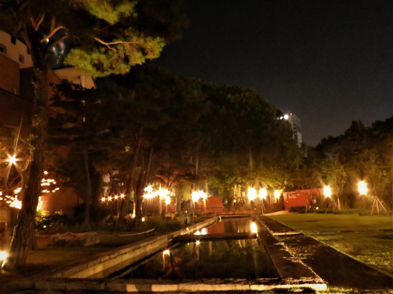 산책로를 따라 걷다 보면 전북대 삼성문화회관 앞 마당이 나옵니다. 좁다란 길의 끝에서 만나는 이 드넓은 공간에는 역시 음악과 사람이 있습니다. 이 마당을 바라보는 레스토랑도 이곳에 있으니 커피 한 잔 하시는 것도 좋은 생각입니다.
