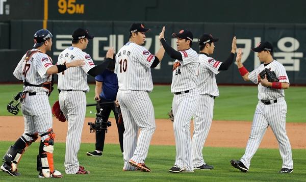 지난 3일 부산 사직야구장에서 시즌 마지막 경기를 승리한 롯데 선수들이 하이파이브하고 있다.