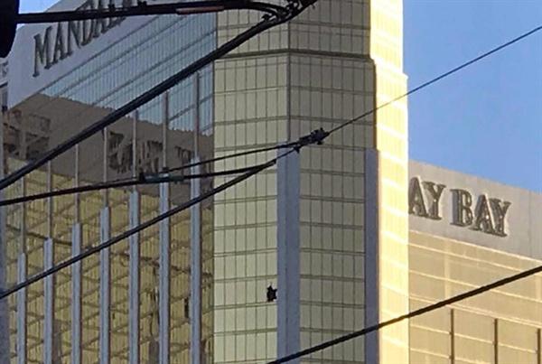 미국 서부 네바다 주(州) 라스베이거스에서 벌어진 미 역대 최악의 총기난사 참사로 59명이 사망하고 515명 이상이 부상을 당했다. 사진은 총격범 스티븐 패덕이 자동화기를 쏜 32층 객실의 깨진 창문
