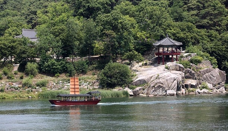 여강변에 자리한 운치 있는 절, 신륵사.