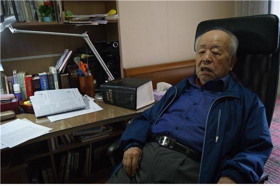 두꺼운 국어대사전이 놓인 책상에서 <단비뉴스>와 인터뷰하는 이수열 소장.