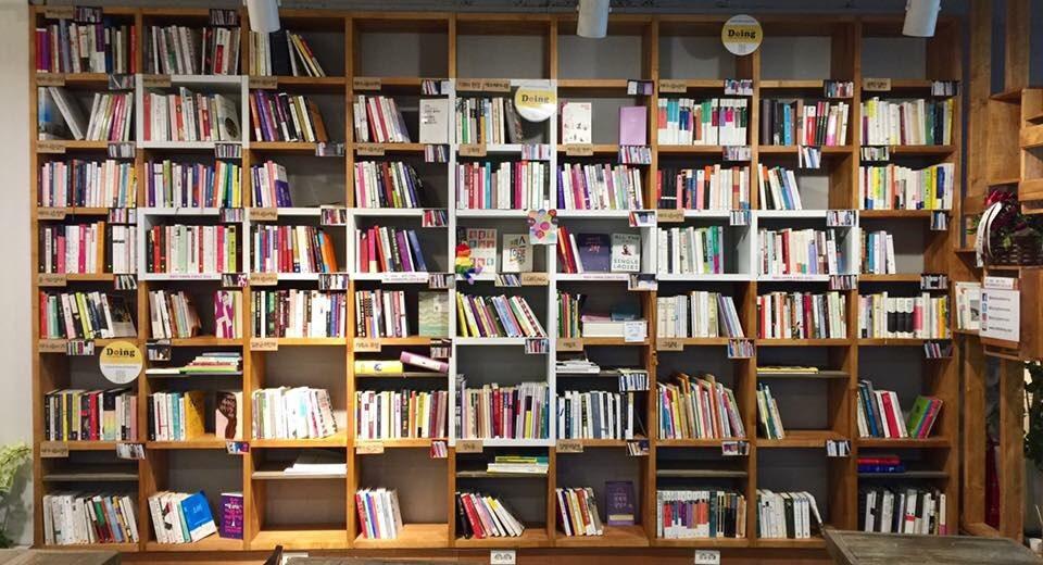 페미니즘 멀티카페 '두잉'의 서가 현재 약 900여 권의 페미니즘 도서가 더 많은 페미니스트들을 기다리고 있다. 도서목록은 두잉의 온라인 매체에 공지되어 원하는 책이 있는지 미리 알아볼 수 있다.