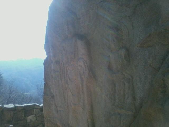 서산마애삼존불 오른쪽에서 바라본(관람객의 입장에서) 서산마애삼존불의 모습.