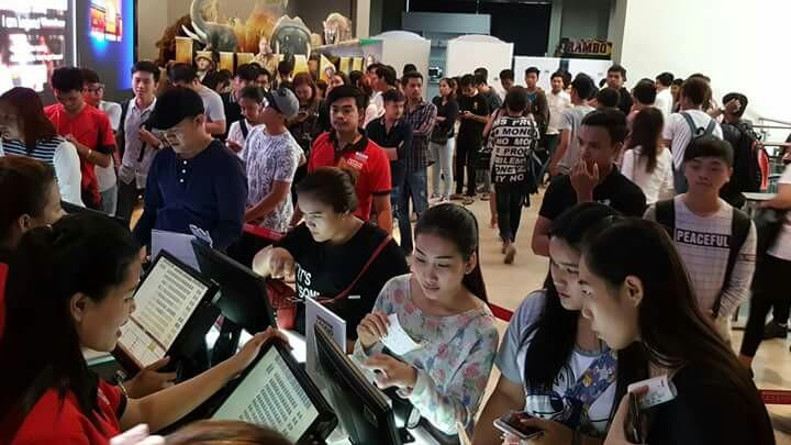 캄보디아 현지 영화관 모습 영화 킹스맨 : 골든 서클 의 갑작스런 개봉취소소식에 캄보디아영화팬들은 댓글을 통해 강한 의문과 불만을 토로했지만, 이후 취소사유를 알게 되면서 잠잠해진 상태다.