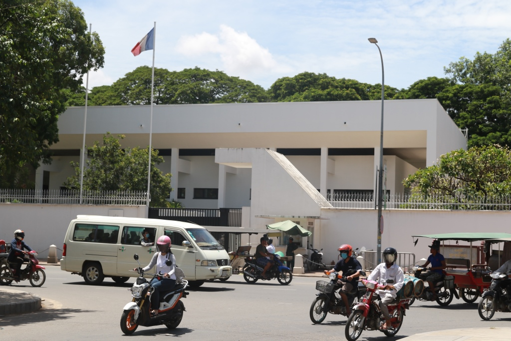 수도 프놈펜 캄보디아 프랑스대사관 전경 약 60년전에 건립된 이 대사관 건물은 70년대 캄보디아 역사의 아픈 상처를 생생히 기억하고 있다.