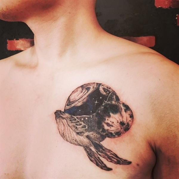왼쪽 가슴에 새긴 타투. 우주를 비행하는 고래 문양이다.