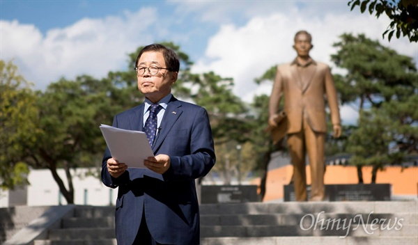 남유진 구미시장이 지난 3일 박정희 전 대통령 동상 앞에서 '박정희 대통령 영전 앞에 드리는 글'을 읽고 있다.