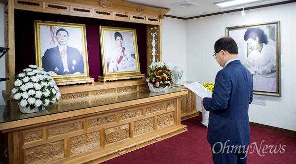 남유진 구미시장이 지난 3일 박정희 전 대통령 영정 앞에서 '박정희대통령께 드리는 글'을 읽고 있는 모습.