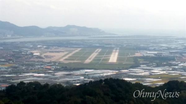 김해공항 전경. 김해 신어산 정상에서 바라본 공항 모습으로, 멀리 낙동강 하구언도 보인다.