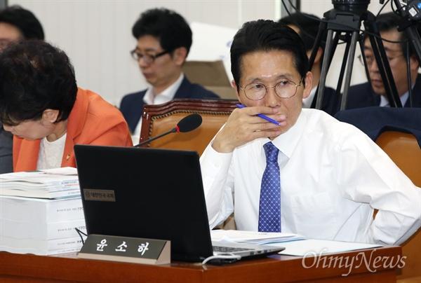 윤소하 정의당 의원이 12일 오전 국회에서 열린 보건복지위원회 국정감사에서 박능후 보건복지부 장관의 답변을 지켜보고 있다.