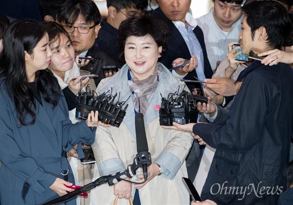 고 김광석씨의 부인 서해순씨가 12일 오후 서울 종로구 서울지방경찰청에 조사를 받기 위해 출석하고 있다.