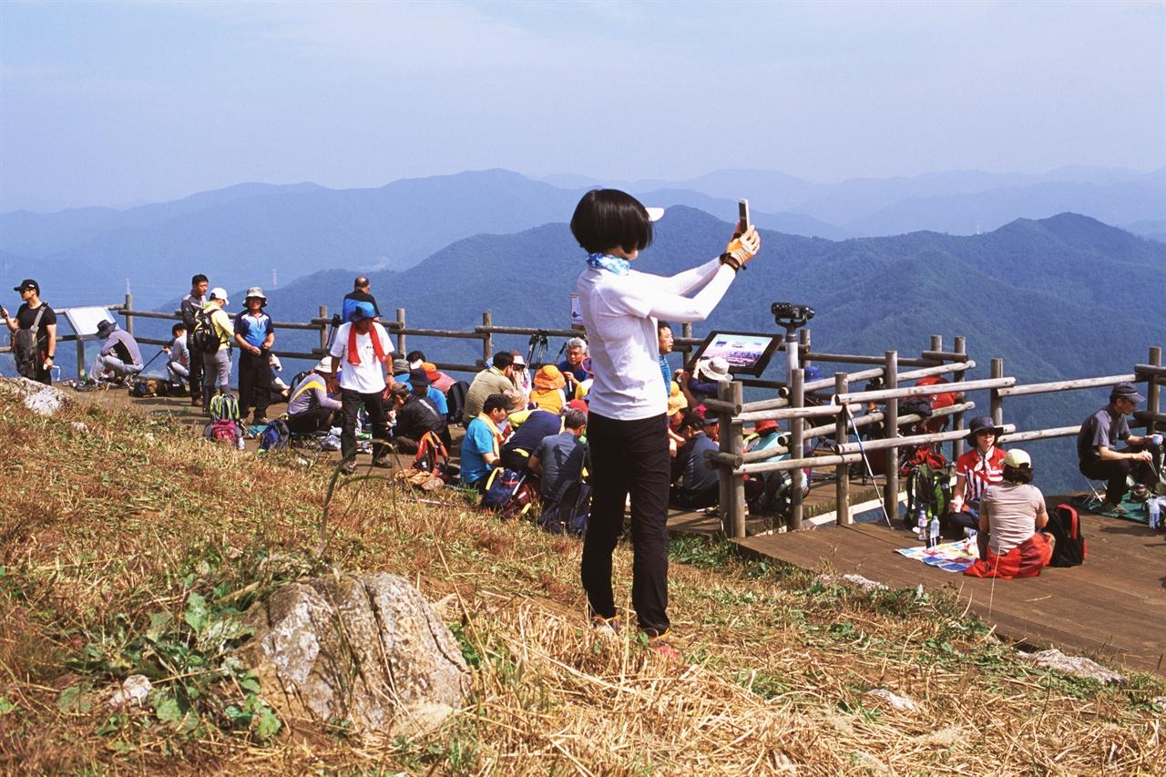 사진도 찍고 도시락도 먹고 (LX/CT100)관광객들의 모습이 각양 각색이다.