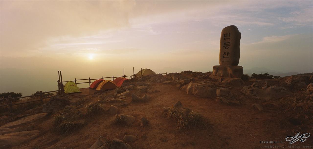 황사 속 민둥산, 그리고 하늘 (SW612/Portra800)민둥산 정상석, 그 뒤로 보이는 서쪽 데크와 텐트들. 해가 뉘엿뉘엿 넘어가는 이 시각, 난생 처음 보는 공기의 색깔을 접했다. 마치 화성을 개척하여 일구어놓은 땅 위에 서있는 것 같았다.
