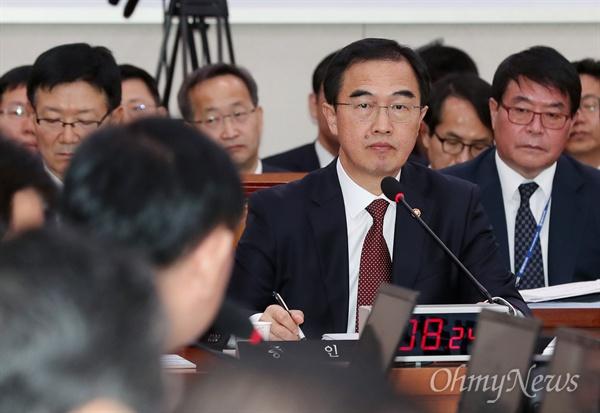 조명균 통일부 장관이 13일 국회에서 열린 외교통일위원회 국정감사에서 의원들의 질의를 듣고 있다.