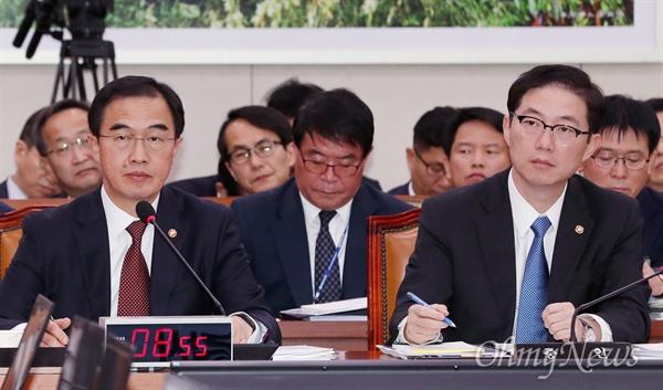 조명균 통일부 장관(왼쪽)이 13일 국회에서 열린 외교통일위원회 국정감사에서 의원들의 질의를 듣고 있다.