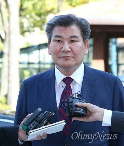 박인규 대구은행장이 13일 오전 대구경찰청에 출두해 기자들의 질문에 답을 하고 있다.