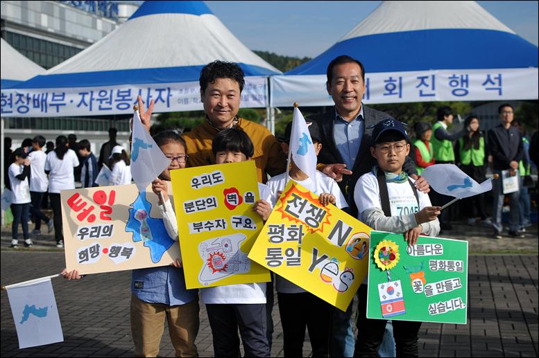 평화통일을 염원하며 직접 피켓을 만들어와 대회에 참가한 학생들과 기념사진을 찍고 있는 박병철 시의원(왼쪽)과 김동섭 시의원(오른쪽)