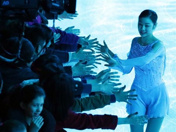 지난 2013년 크로아티아 자그레브의 돔 스포르토바 빙상장에서 갈라쇼를 마친 뒤 관중들과 인사를 하고 있는 모습.