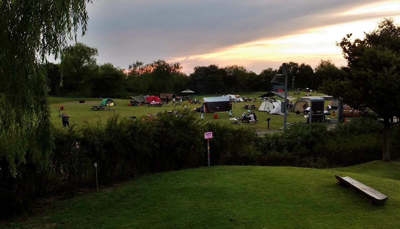저무는 노을을 보며 야영할 수 있는 노을공원 캠핑장.
